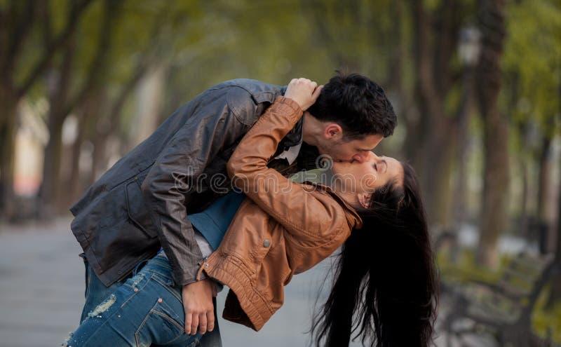 Jeunes couples embrassant sur la rue dans le printemps photo libre de droits