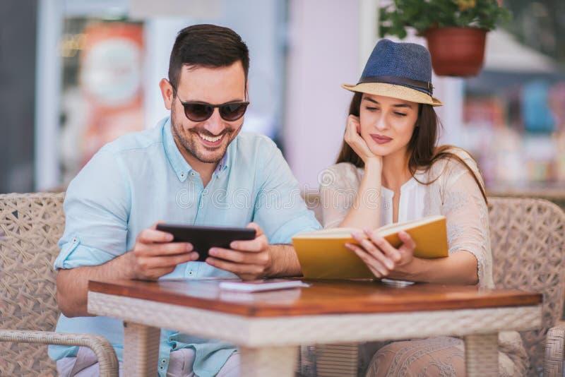 Jeunes couples en café, ayant un grand temps ensemble, foyer sélectif photo stock