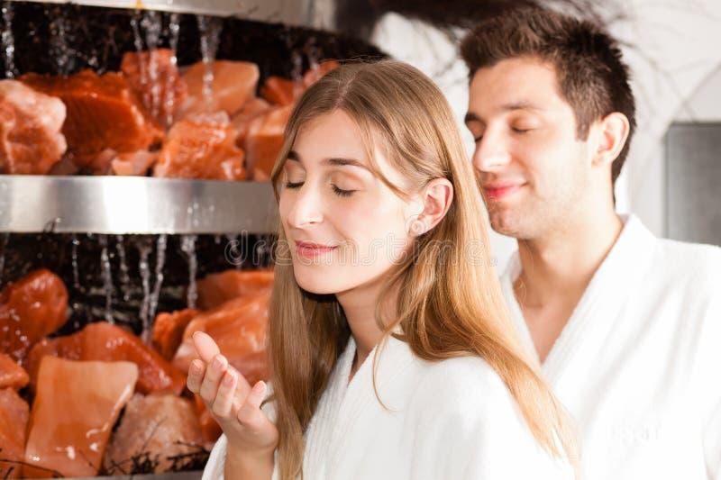 Jeunes couples en caverne de sel d'une station thermale photographie stock