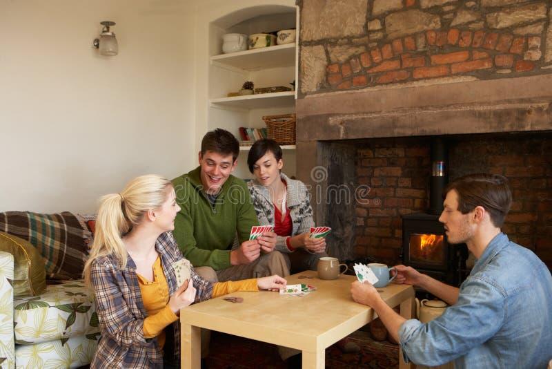 Jeunes couples en maison confortable images stock