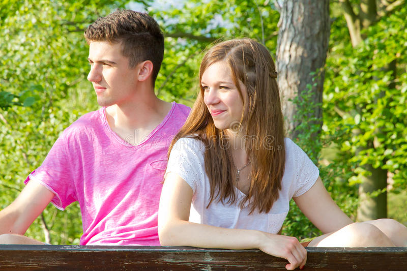 Jeunes couples en nature photo libre de droits