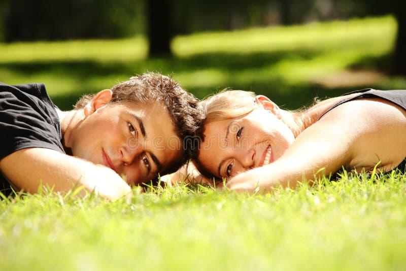 Jeunes couples en stationnement image libre de droits