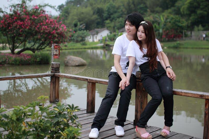 Jeunes couples en stationnement photos stock