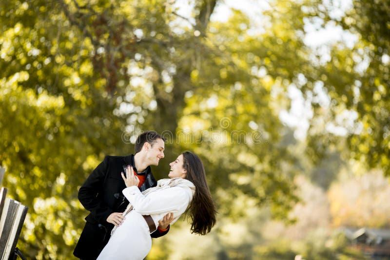 Jeunes couples en stationnement d'automne photos libres de droits