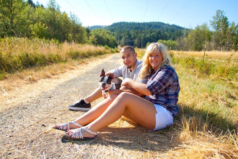 Jeunes couples engagés photos stock