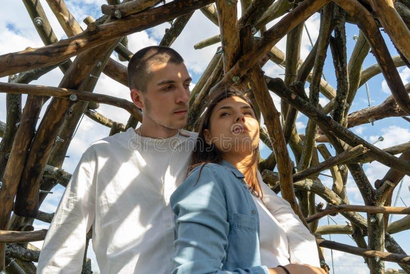 Jeunes couples ensemble dehors au fond en bois à la campagne photos stock