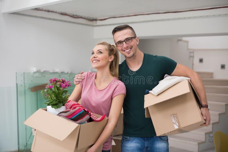 Download Jeunes Couples Entrant Dans Une Nouvelle Maison Image stock - Image du femelle, maison: 87701745