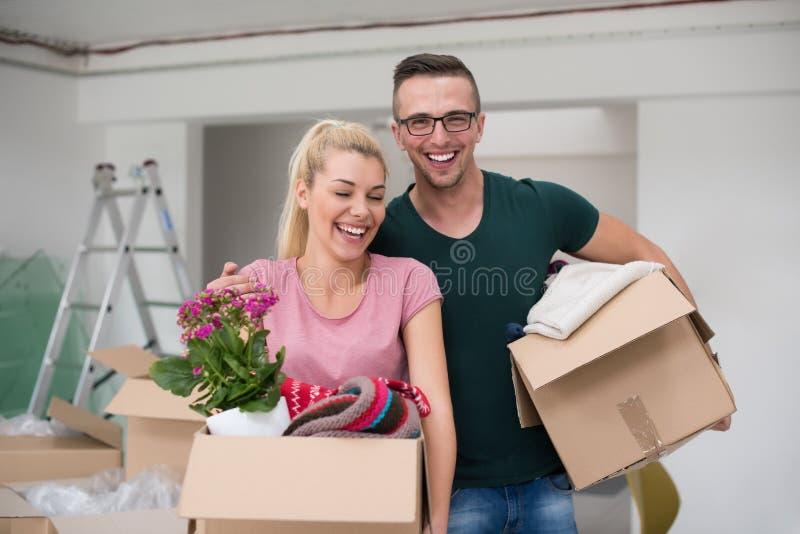 Download Jeunes Couples Entrant Dans Une Nouvelle Maison Photo stock - Image du maison, mâle: 87706386