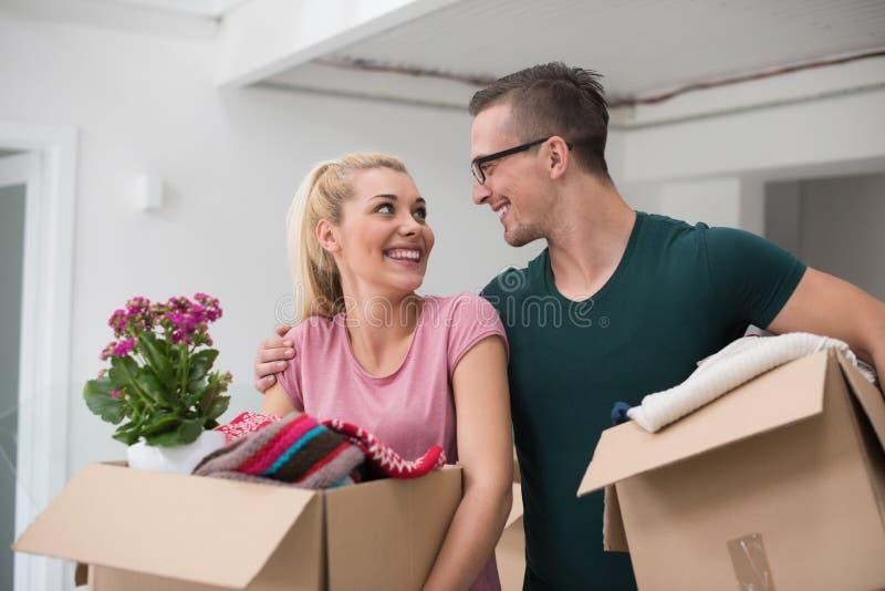 Download Jeunes Couples Entrant Dans Une Nouvelle Maison Image stock - Image du mari, cadre: 87708935