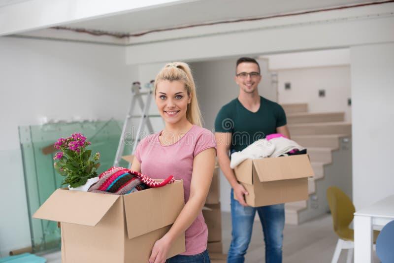 Download Jeunes Couples Entrant Dans Une Nouvelle Maison Photo stock - Image du personne, couples: 87709726