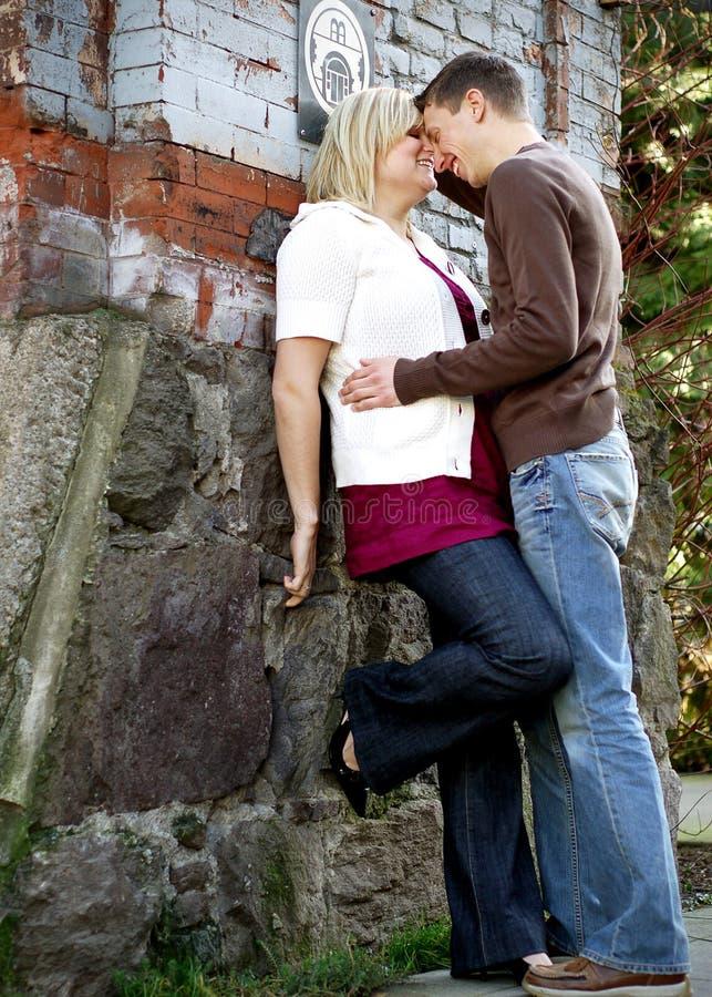 Jeunes couples environ à embrasser image libre de droits