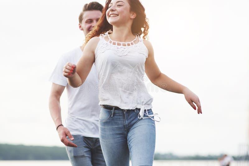 Jeunes couples espiègles heureux dehors pendant l'été photo stock