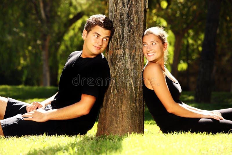 Jeunes couples et un arbre image libre de droits