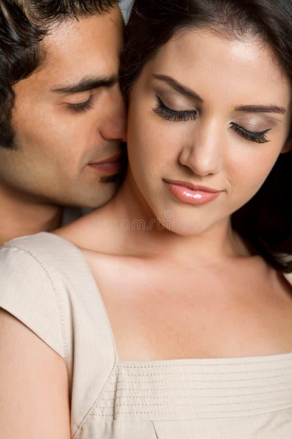 Jeunes couples ethniques dans l'amour images libres de droits