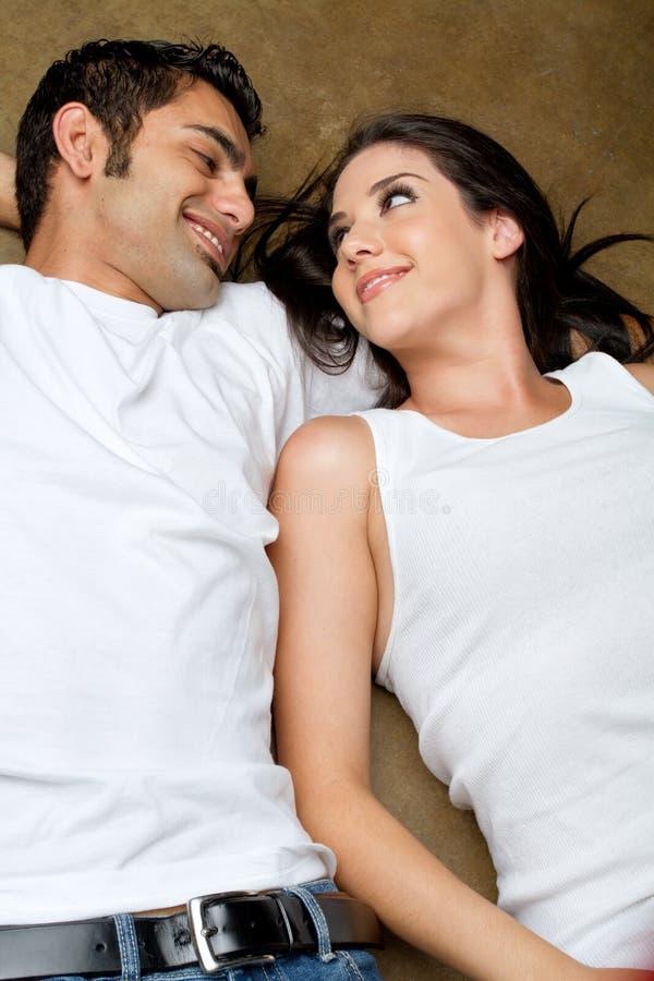 Jeunes couples ethniques dans l'amour image stock