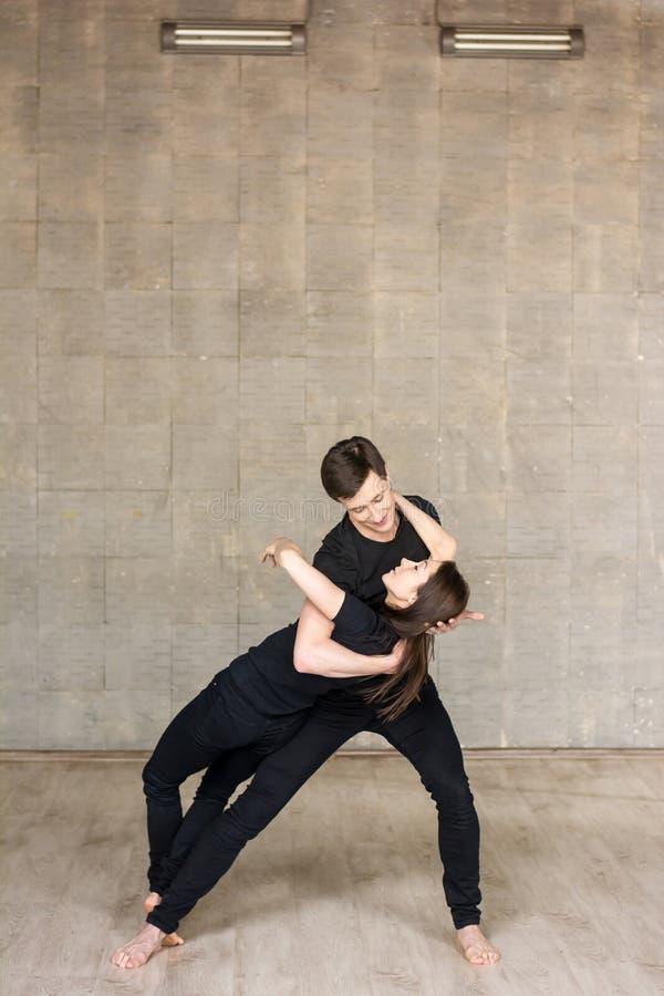 Jeunes couples exécutant la danse romantique image stock