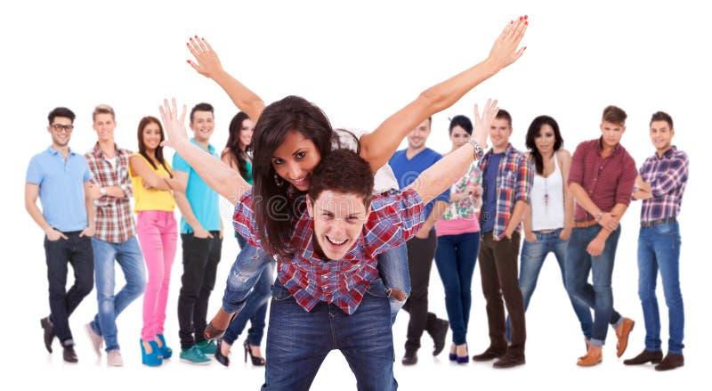 Jeunes couples Excited jouant devant l'équipe photo libre de droits