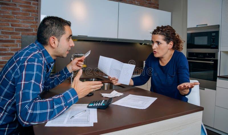 Jeunes couples fâchés discutant par des dettes de carte de crédit image libre de droits