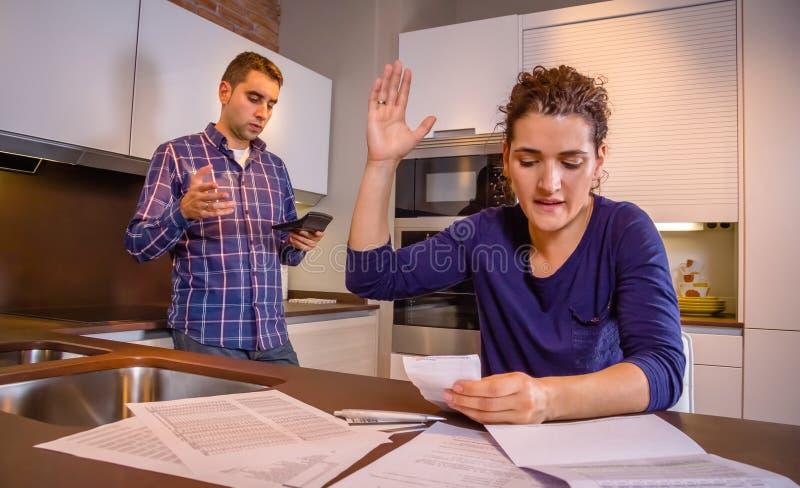 Jeunes couples fâchés discutant par leurs dettes images libres de droits