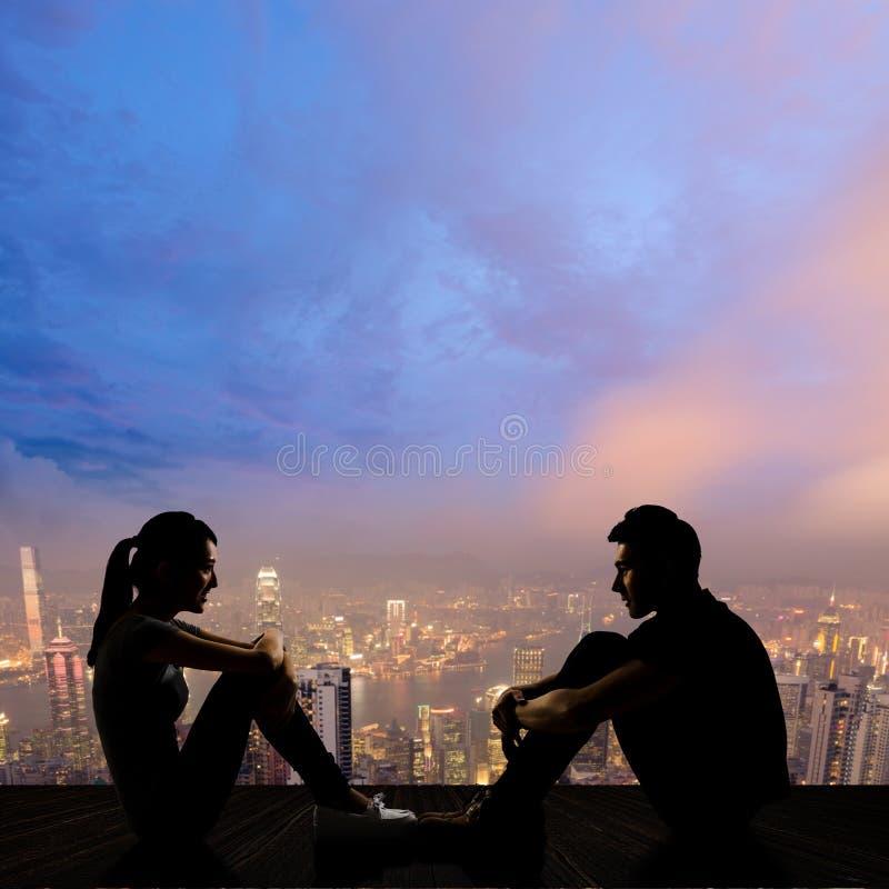 Jeunes couples face à face image libre de droits