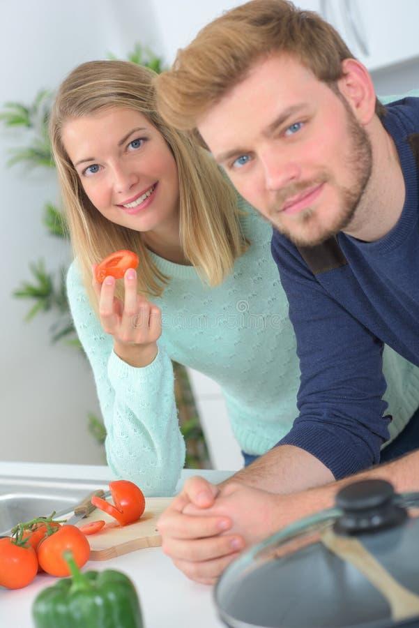 Jeunes couples faisant cuire dans la cuisine photo stock image du cuisine m le 87668698 - Couple faisant l amour dans la cuisine ...
