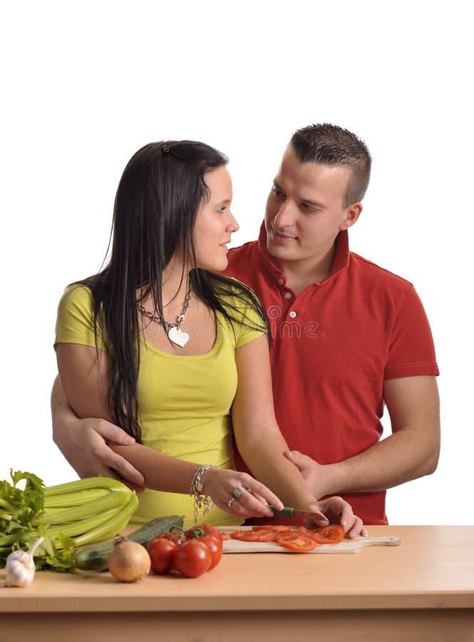 Jeunes couples faisant cuire préparant le dîner image stock