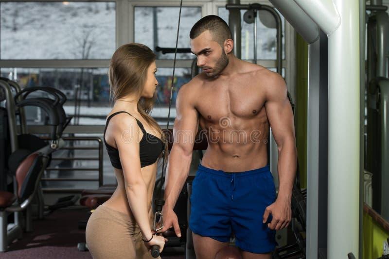 Jeunes couples faisant l'exercice lourd pour le triceps images libres de droits