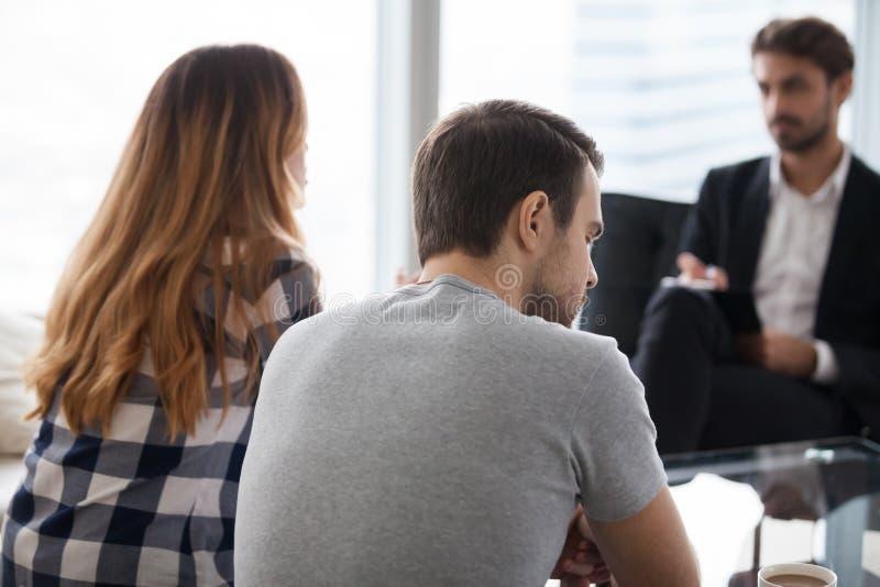 Jeunes couples, famille à rencontrer le conseiller de psychologue image libre de droits