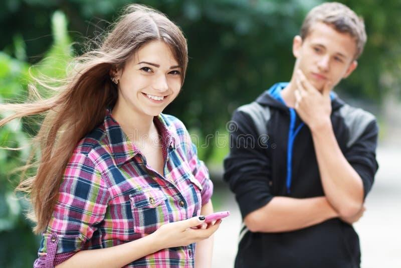 Jeunes couples flirtant photo libre de droits