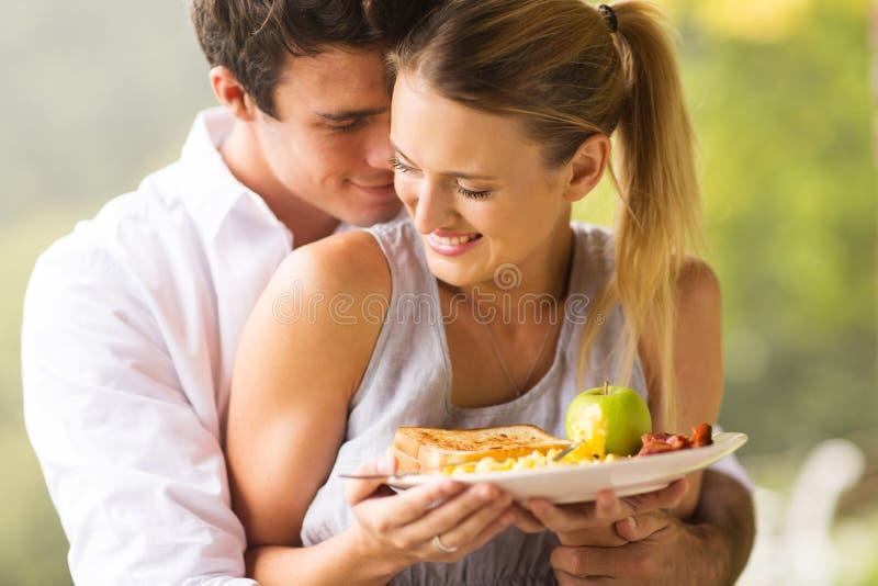 Jeunes couples flirtant photographie stock