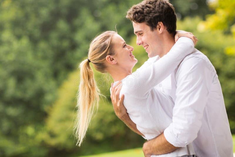 Jeunes couples flirtant photo stock