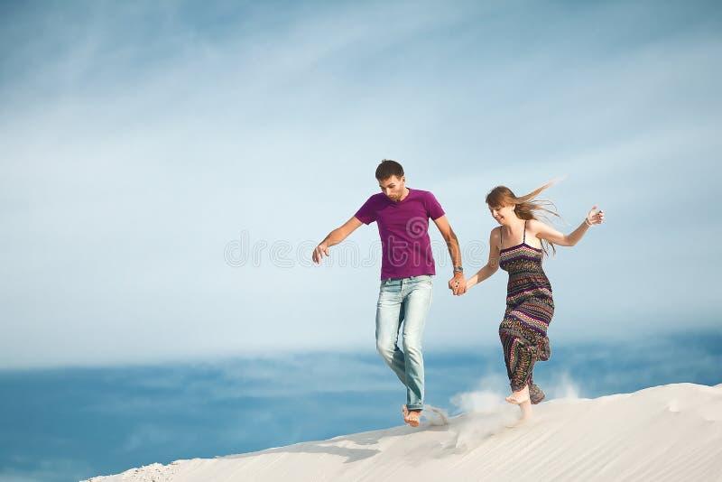 Jeunes couples fonctionnant de la montagne images libres de droits