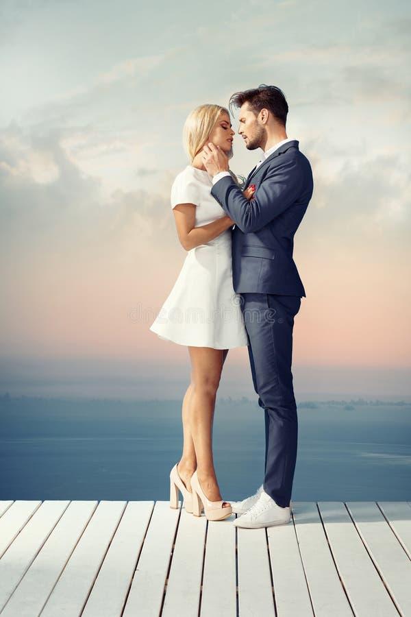 Jeunes couples futés une date image stock