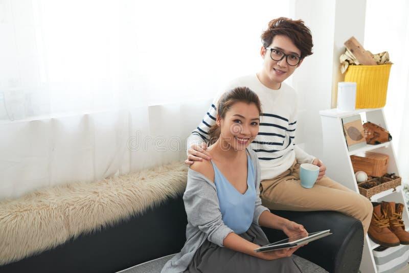 Jeunes couples gais à la maison photos libres de droits