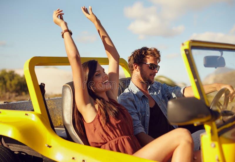 Jeunes couples gais appréciant le voyage par la route images libres de droits