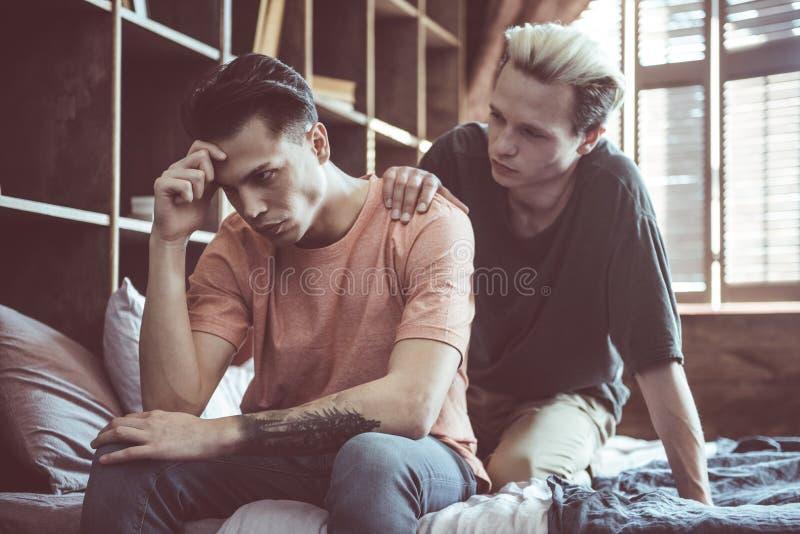 Jeunes couples gais ayant le malentendu dans les relations photo libre de droits