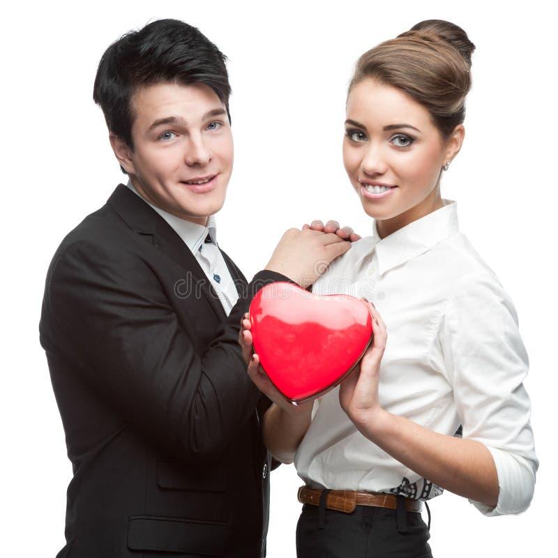 Jeunes couples gais d'affaires retenant le coeur rouge image libre de droits