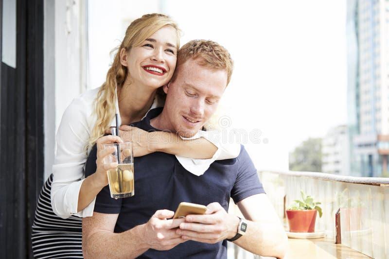 Jeunes couples gais en caf? image stock