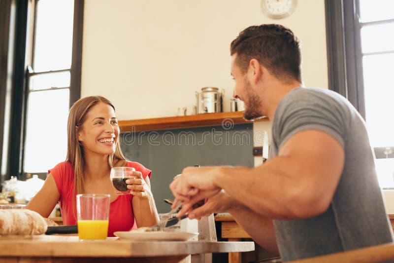 Jeunes couples gais prenant le petit déjeuner ensemble photographie stock libre de droits