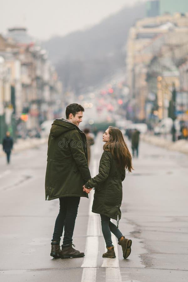 Jeunes couples, garçon hétérosexuel et fille de nationalité caucasienne, couple affectueux, promenade autour du centre du pays de images stock