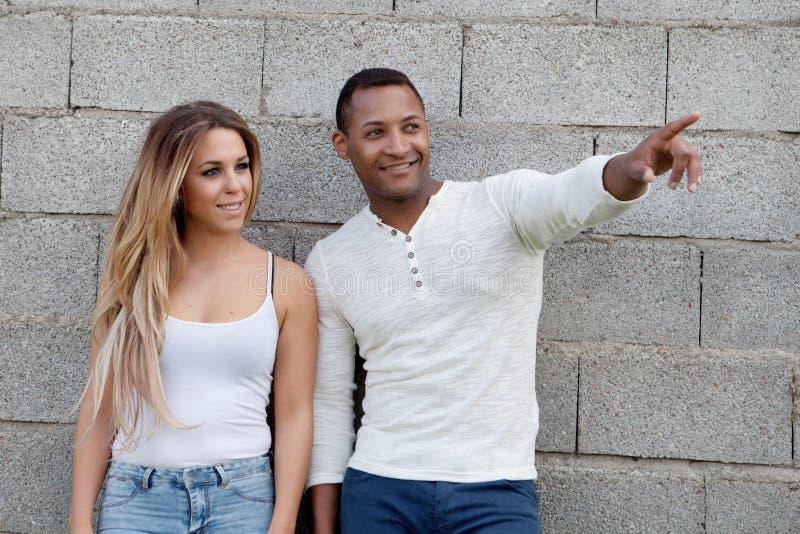 Jeunes couples heureux à l'extérieur photographie stock