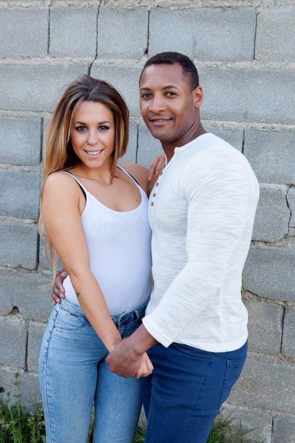 Jeunes couples heureux à l'extérieur photos libres de droits