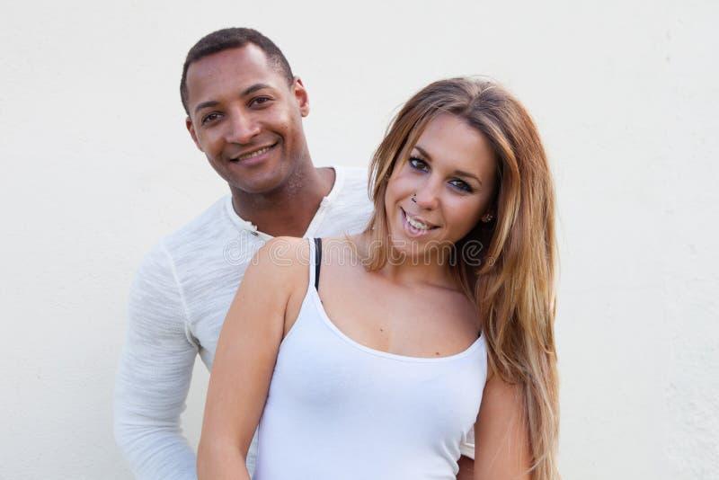Jeunes couples heureux à l'extérieur photographie stock libre de droits