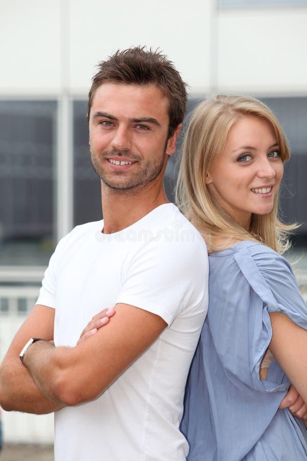 Jeunes couples heureux image stock