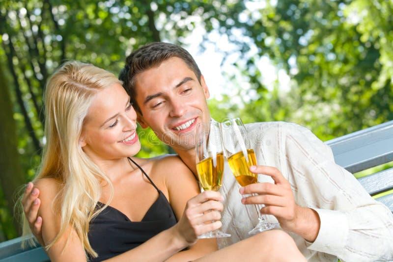 Jeunes couples heureux photographie stock libre de droits