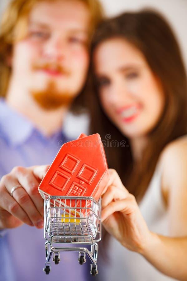Jeunes couples heureux achetant le vrai eastate image libre de droits
