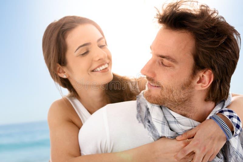 Jeunes couples heureux appréciant des vacances d'été photos stock