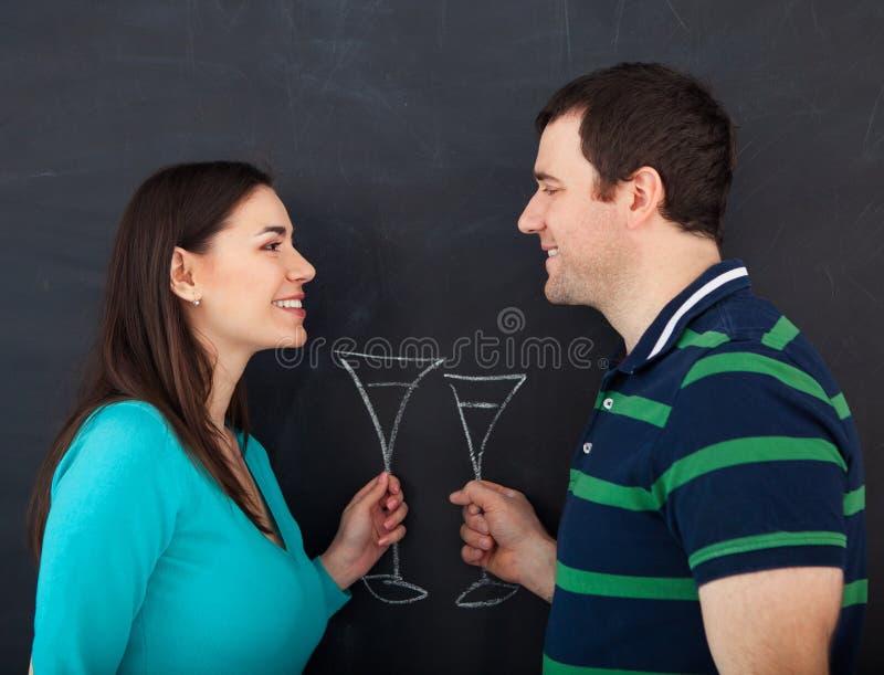 Jeunes couples heureux appréciant des verres de vin image libre de droits
