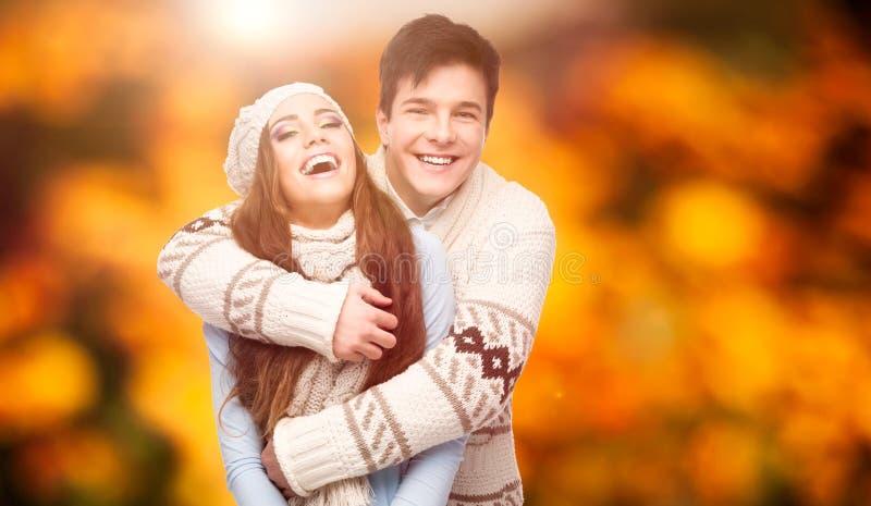 Jeunes couples heureux au-dessus de fond d'automne photos stock