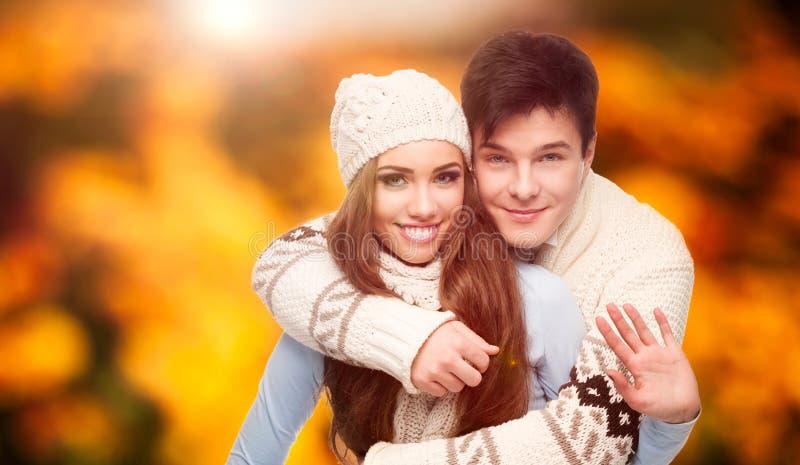 Jeunes couples heureux au-dessus de fond d'automne photos libres de droits